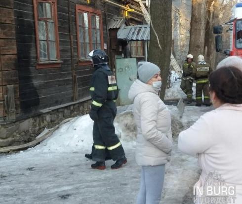 На улице Саввы Белых в Екатеринбурге горит жилой дом