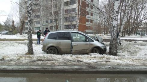 В Екатеринбурге пьяный водитель врезался в дерево