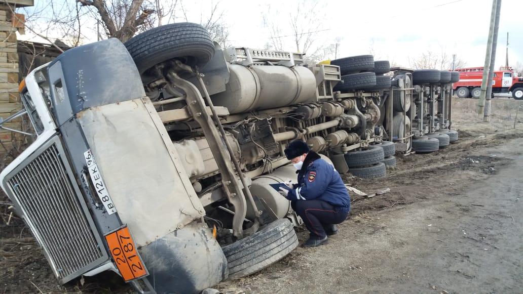 На свердловской трассе перевернулась фура, которая перевозила 19 тонн опасного груза