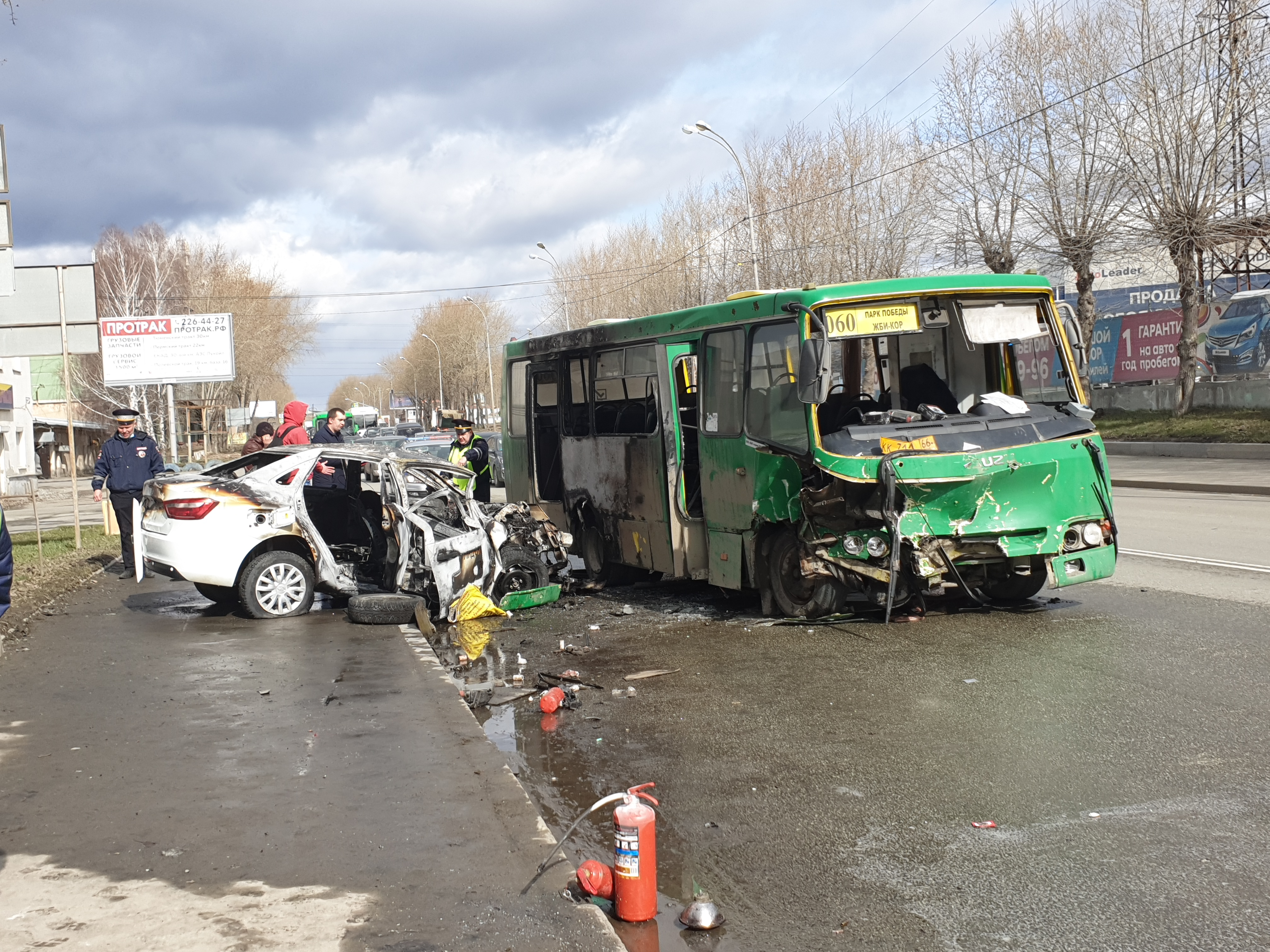 В Екатеринбурге загорелись маршрутка и легковушка после столкновения