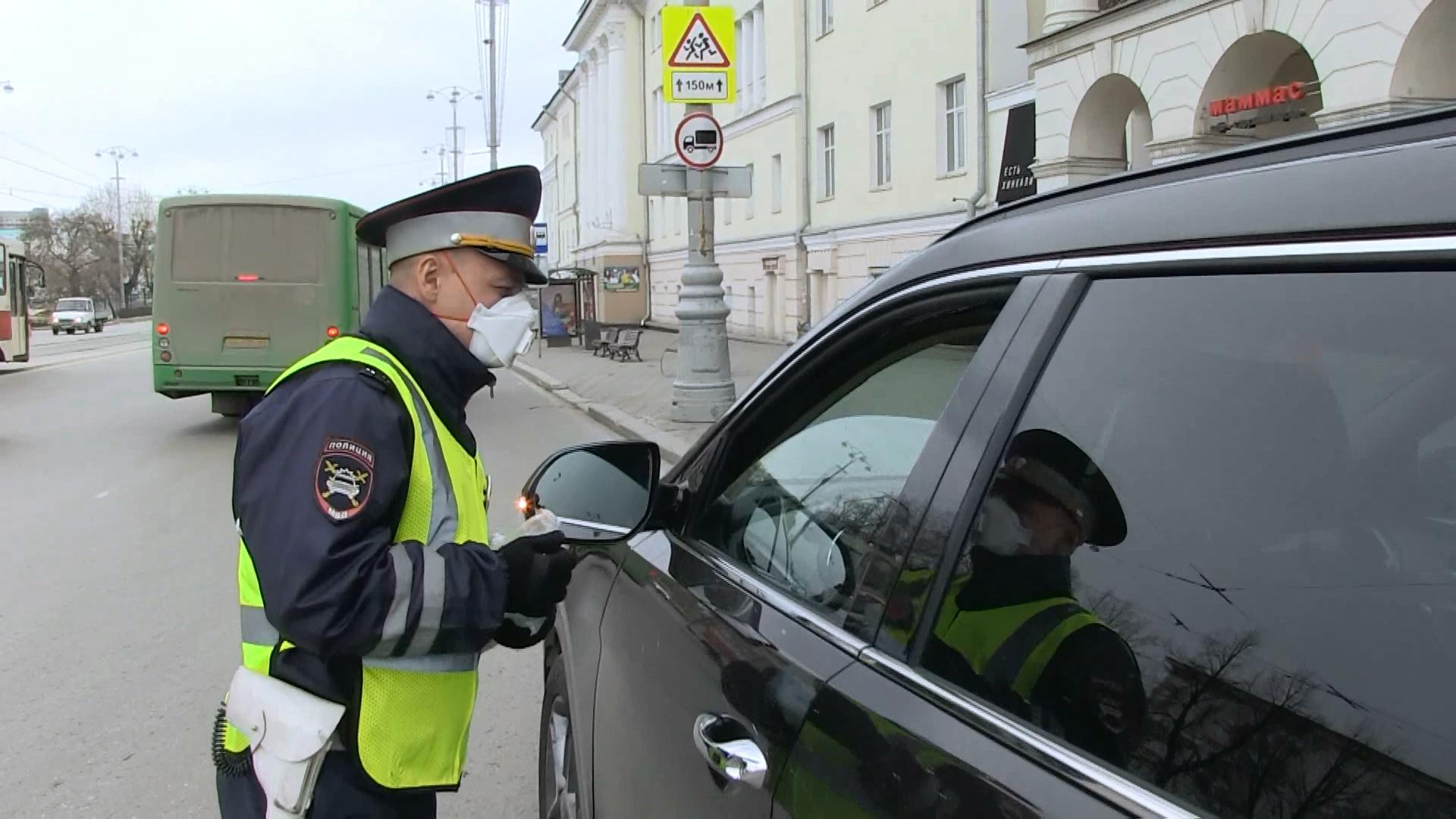 В Екатеринбурге полицейские раздают защитные маски горожанам