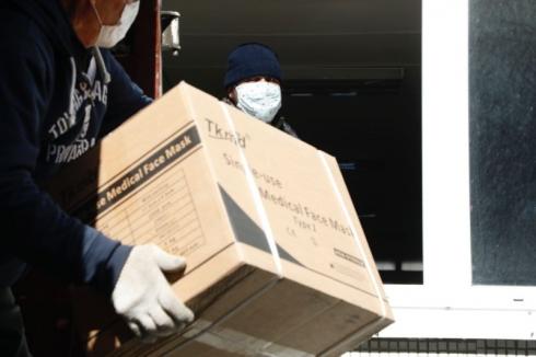 Свердловским врачам начал поступать гуманитарный груз из Китая