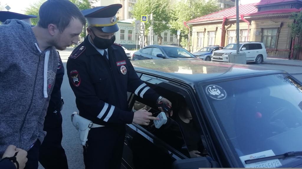 В Екатеринбурге инспекторы ГИБДД за 4 часа поймали более 50 водителей с тонировкой