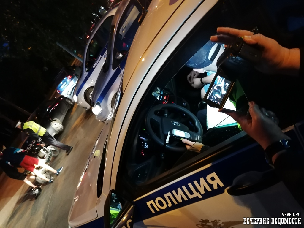 Инспекторы ДПС Екатеринбурга устроили погоню за водителем, отмечавшим конец рабочей недели