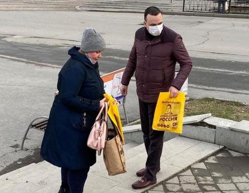 Депутат Госдумы Дмитрий Ионин раздает екатеринбуржцам маски