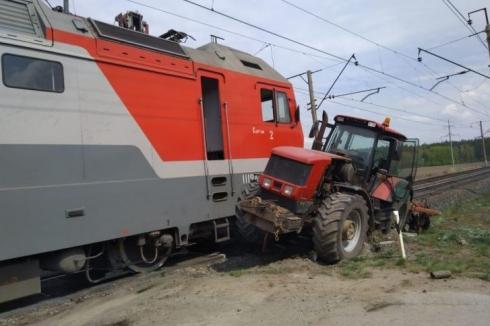 Под Екатеринбургом на ж/д переезде поезд протаранил трактор
