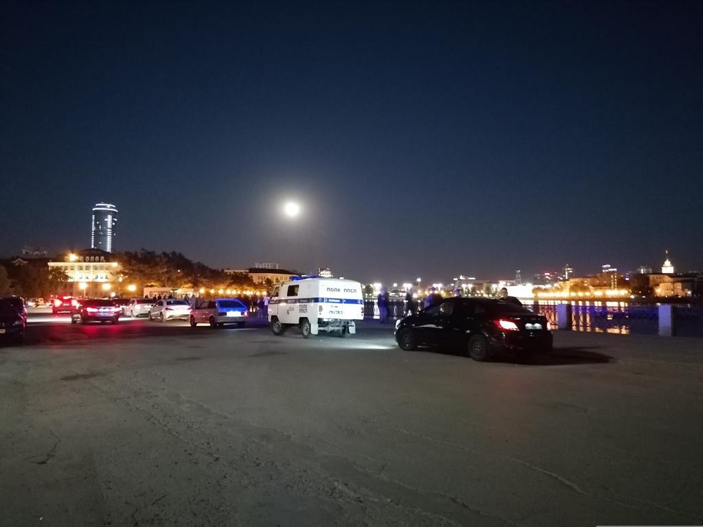 Полиция и Росгвардия продолжают разгонять ночных тусовщиков в Екатеринбурге