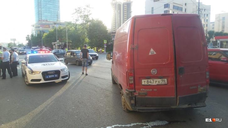 В Екатеринбурге микроавтобус наехал на пешеходов