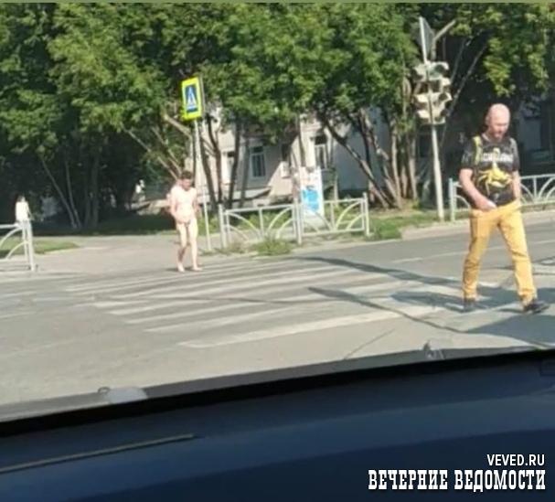 В Екатеринбурге голый мужчина гулял около здания горГИБДД