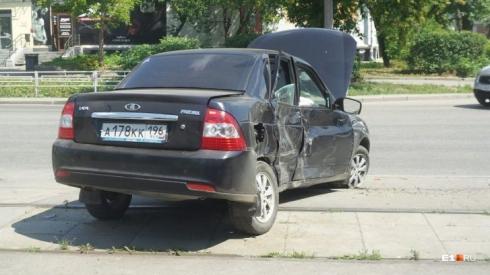 В Екатеринбурге Hyundai прошило обломком забора