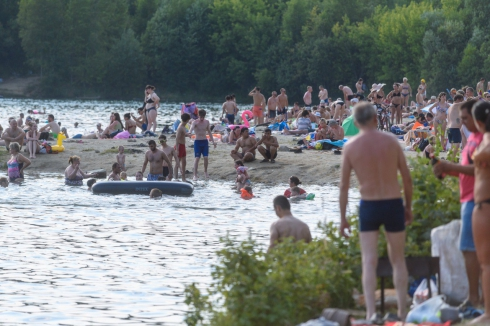 Екатеринбуржцы, несмотря на коронавирус, заполнили местные пляжи
